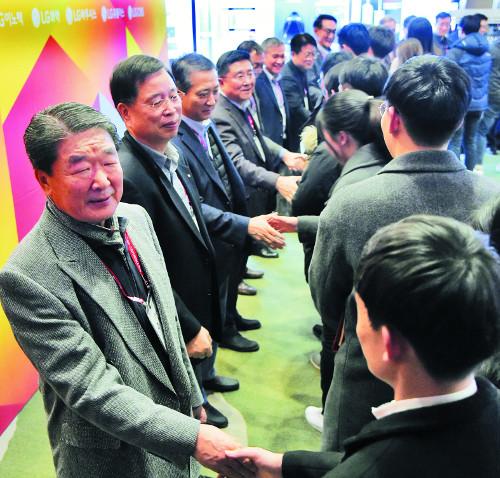 LG 구본준 부회장, 이공계 석·박사 과정 370여명 초청 콘퍼런스 기사의 사진