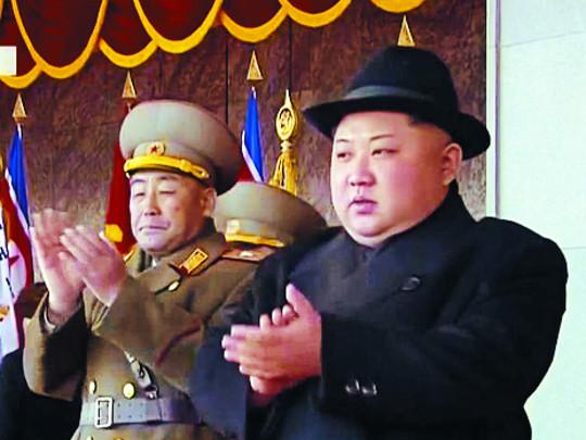 김정은·이설주, 나란히 열병식 주석단 등장 기사의 사진