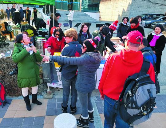 한국교회 '선교 올림픽' 열기 뜨겁다… 관람객들 위해 공연, 전도지와 지갑 등 기념품 건네며 복음 전해 기사의 사진