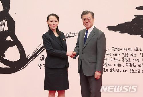 靑, '비핵화' 풀 남북 고위급채널 타진 기사의 사진