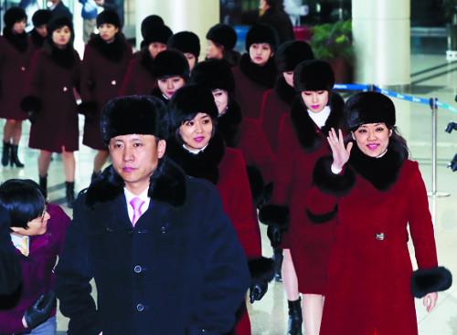 """北예술단 육로로 귀환… 탈북자 김련희 """"집에 보내줘"""" 소동 기사의 사진"""
