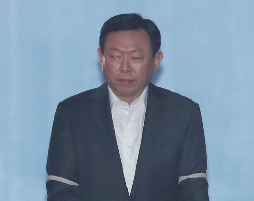 """""""신동빈이 준 70억은 뇌물""""… 징역 2년6월 법정구속 기사의 사진"""