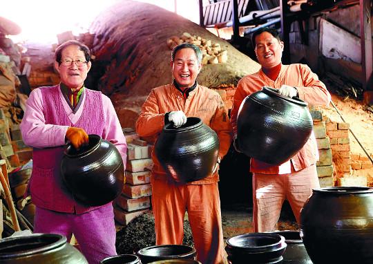 [And 앵글속 세상] 강진 3부자의 손끝, 천년 옹기를 빚다 기사의 사진