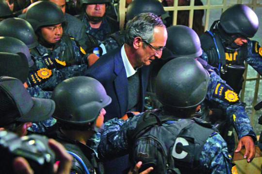 [포토] '사기·횡령 혐의' 과테말라 전직 대통령 체포 기사의 사진