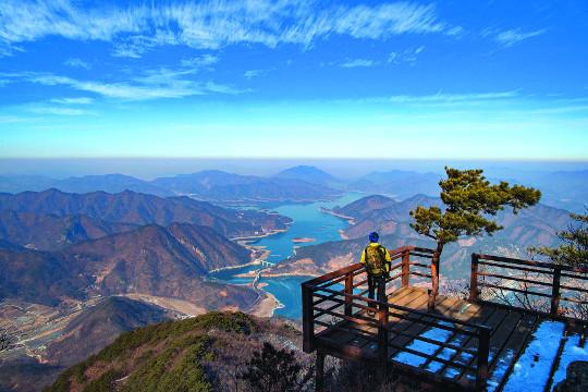 파란 하늘·쪽빛 호수·푸른 소나무… 한 폭의 풍경화 기사의 사진