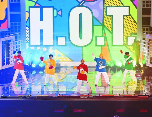 [미묘의 아이돌 열전] 90년대 10년만을 위한 '아이돌시대' 막 연 'H.O.T.' 기사의 사진
