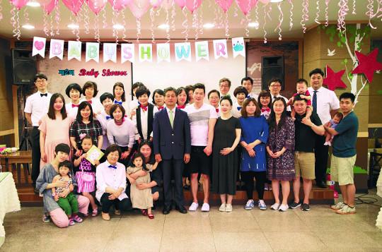 레드카펫 밟은 임신부… 태어날 아이와 축복 파티 기사의 사진