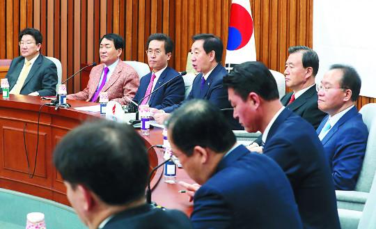 '미투'가 바꾼 재보선 공천… 민주당 늦추고, 한국당 속도전 기사의 사진