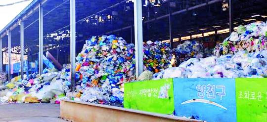 """""""재활용-생활 쓰레기 섞여 큰 애로… 재활용 20%만 다시 쓰여"""" 기사의 사진"""