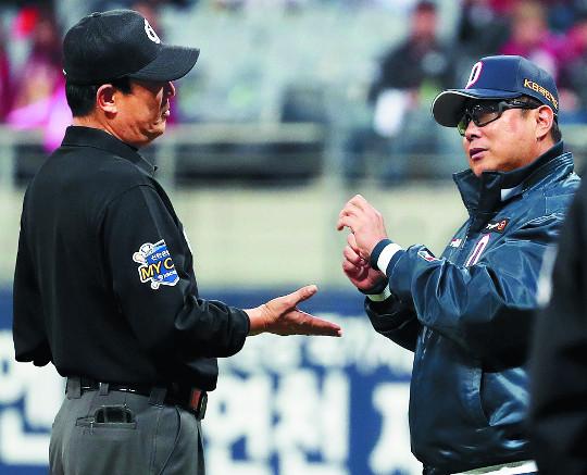 심판과 싸우는 국민스포츠… KBO·KBL 판정논란 '흥행 찬물' 기사의 사진