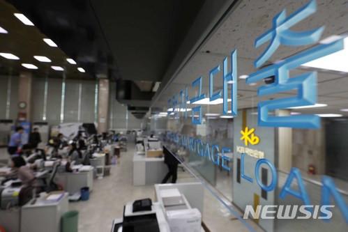 은행, 일자리 만드는 '생산적 대출' 줄였다… '이자장사' 몰두 기사의 사진