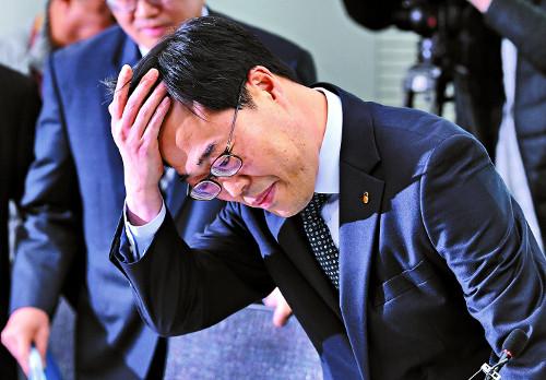 """김기식, 결국 퇴진… 선관위 """"5000만원 셀프 후원 위법"""" 기사의 사진"""