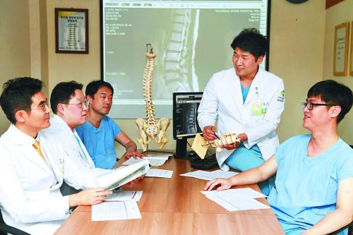 [명의에게 묻다] '팀 수술제'로 척추 재수술 위험 최소화 기사의 사진