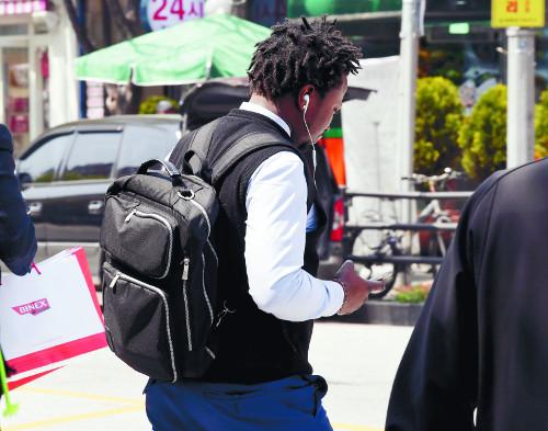 [대림동의 아프리카] 욕설·조롱 예사… 신분상 약점 이용해 임금체불도 기사의 사진