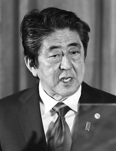 """""""보고 못 받아""""… 아베, 사학 스캔들 관여 부인 기사의 사진"""