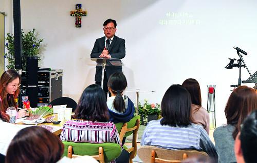 [현장]  주일엔 주민, 평일은 직원 섬김 예배 기사의 사진