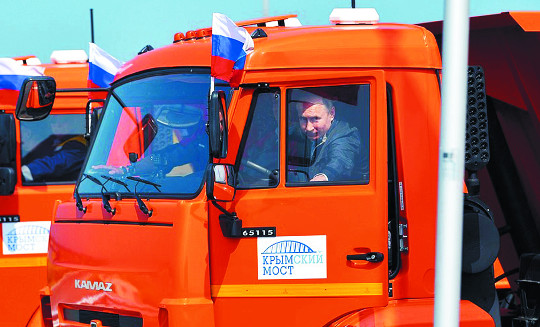 19㎞ 크림대교 개통… 푸틴, 병합 쐐기 박기 기사의 사진