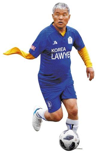 [인터뷰] 세계변호사월드컵 우승 이끈 '외팔이 변호사' 김선국 기사의 사진