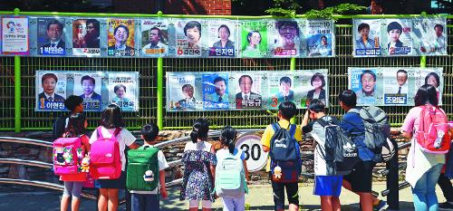 임시전화 449대 동원 여론조작… 지지율 2배 끌어올려 기사의 사진