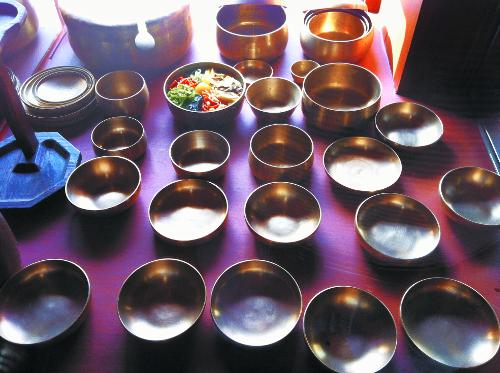 [홍익희의 음식이야기]  궁중요리와 유기그릇 기사의 사진