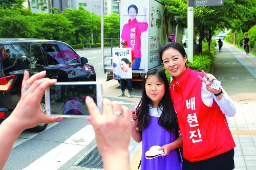 """""""최재성, 여권 실세라서…"""" VS """"배현진, 밝고 싹싹해서…"""" 기사의 사진"""