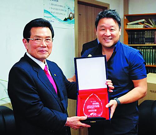 코나 열방대학 동북아 DTS학교장, 마크 조 목사에게 감사패 전달 기사의 사진