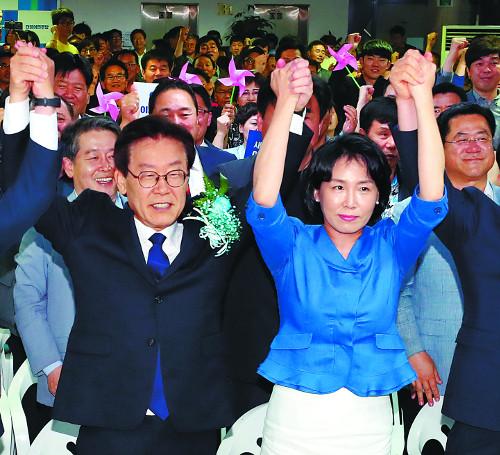 이재명 파워… 김부선 스캔들·욕설 파문도 넘었다 기사의 사진