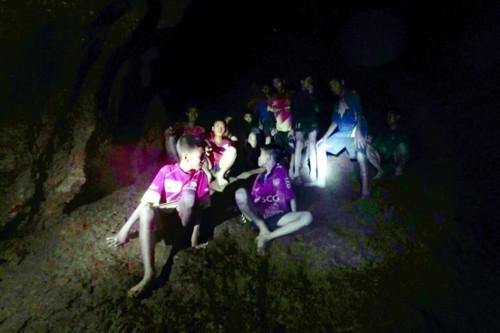 동굴에 갇힌 태국 소년축구팀, 탈출 위해 잠수훈련 받는다 기사의 사진