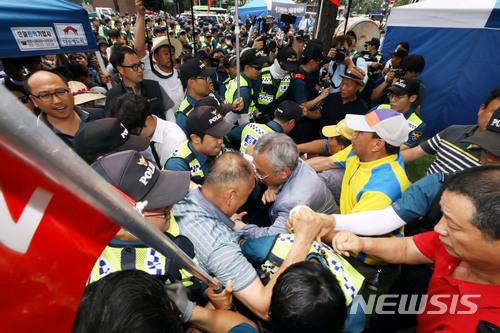 표창원 의원 폭행한 보수단체 회원 '현행범' 체포 기사의 사진