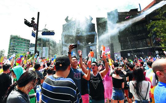 [포토] 무더위 날리는 신촌물총축제 기사의 사진
