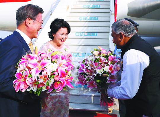 [포토] 인도 도착… 꽃다발 받는 文 대통령 내외 기사의 사진