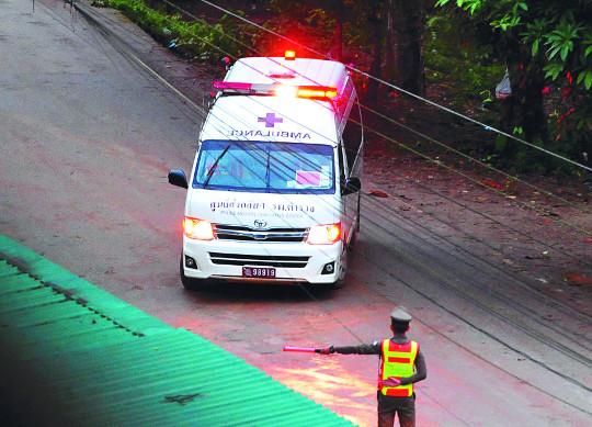 태국 동굴 소년 4명 기적의 생환… 1명은 위중 '희비' 기사의 사진