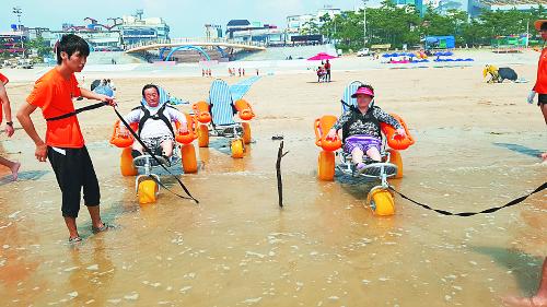 장애인 물놀이 돕는 열린카펫·워터체어 아시나요 기사의 사진
