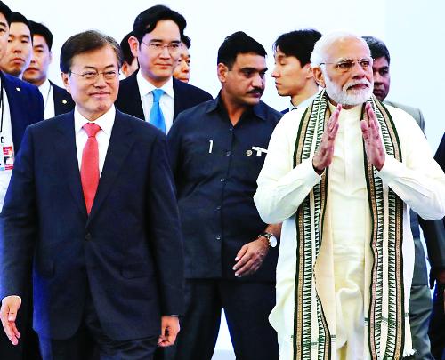 文 대통령, 인도 삼성전자 新공장 찾아 이재용 격려 기사의 사진