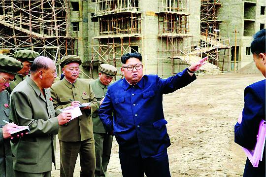 [포토] 김정은, 건설현장 시찰 기사의 사진