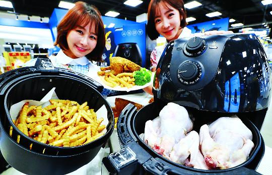 """[포토] """"닭 4마리도 한번에 요리""""… 대용량 에어프라이어 기사의 사진"""