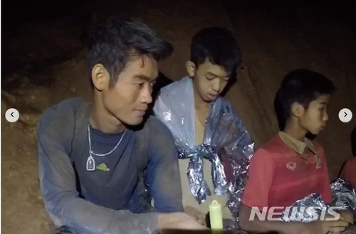 태국 '동굴소년' 구출 이제 2명 남았다 기사의 사진