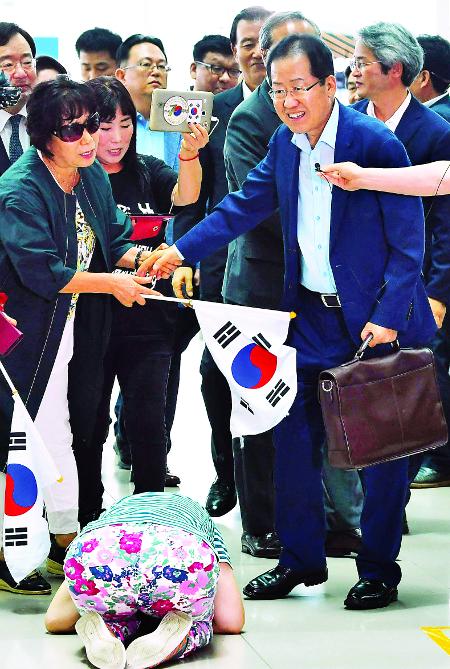 '敗黨' 방 빼던 날  '敗將'도 떠났다 기사의 사진