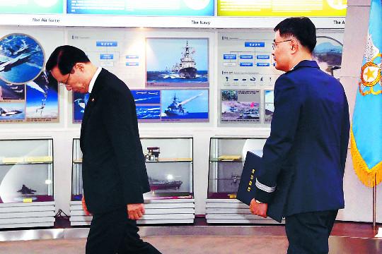 """송영무 미스터리, 계엄령 문건 3월 보고받고도 """"놓고 가라"""" 기사의 사진"""