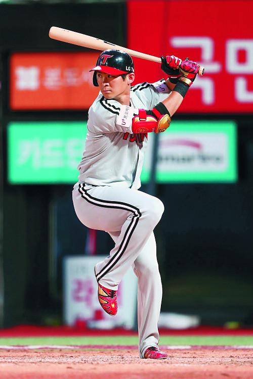 '논란'의 오지환,  빛바랜 9회초 동점포 기사의 사진