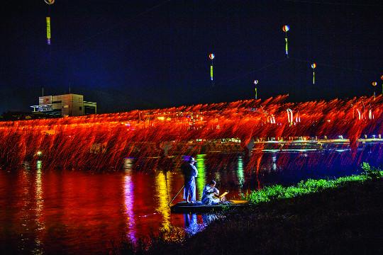 [And 여행] 밤하늘을 화려하게 수놓은 '불빛의 향연' 기사의 사진