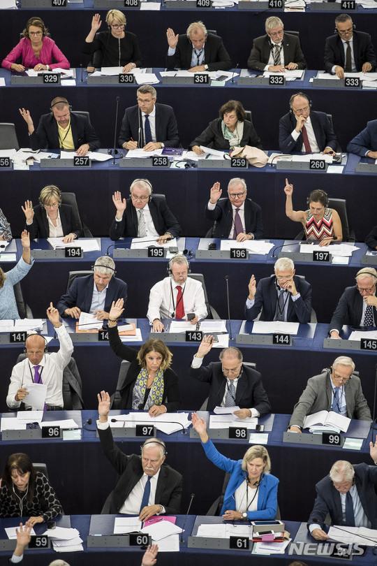유럽의회, 난민 지원 막는 헝가리 '반쪽 제재' 기사의 사진