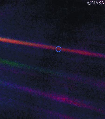[책속의 컷] 광막한 허공에 잠시 빛났다가 스러지는 한 점 불씨 기사의 사진