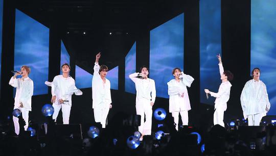 4만 관객 연호… BTS, 팝 본고장 뉴욕을 흔들다 기사의 사진
