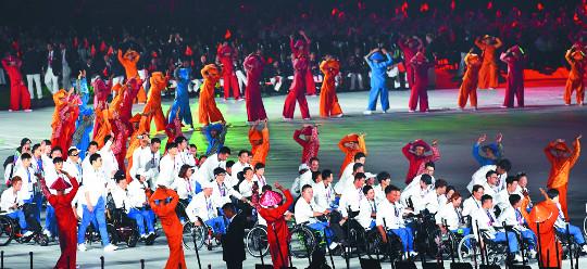[포토] 印尼 장애인亞게임 개막… 남북 단일팀 한반도기 흔들며 입장 기사의 사진