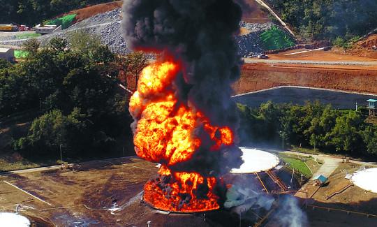 고양 유류탱크 대형 화재 서울까지 검은 연기… 유해가스 재난문자도 기사의 사진