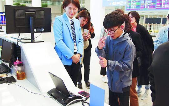 인천공항, 취약계층 공항 이용 돕기 맞춤형 견학 실시 기사의 사진