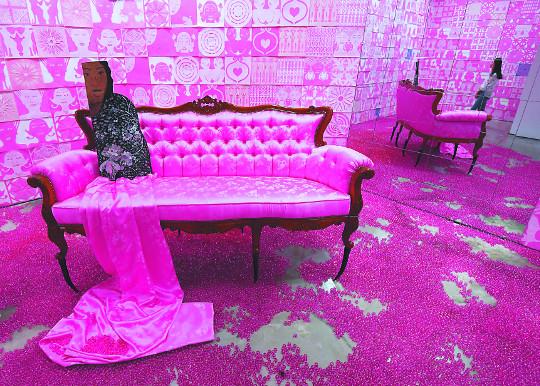 [손영옥의 지금, 미술] 여성의 색, 여성의 공간… '핑크룸'에 갇힌 주부들을 선동하다 기사의 사진