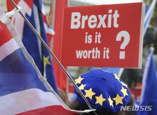 브렉시트 협상 타결 가시권… 문제는 英 '찢어진' 여론 기사의 사진