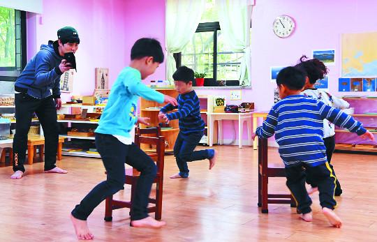[And 스포츠]'의자 뺏기' '왕복 달리기'… 놀이 즐기며 체력 다진다 기사의 사진